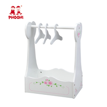 Wit <span class=keywords><strong>pop</strong></span> kleding stand baby houten <span class=keywords><strong>pop</strong></span> kledingrek met 3 <span class=keywords><strong>hangers</strong></span>
