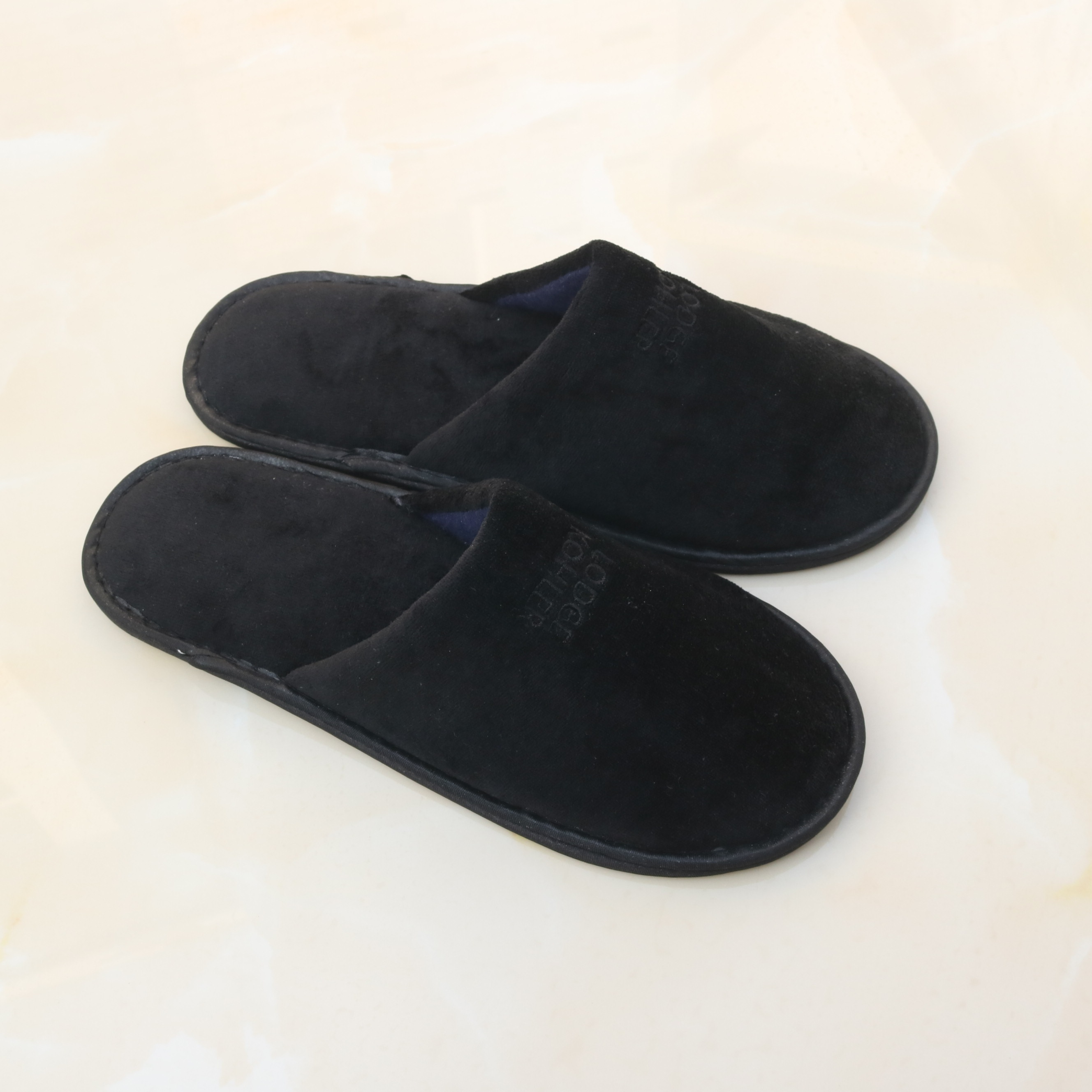 Top quality soft black velvet hotel slippers for 5 star hotel with black customized logo