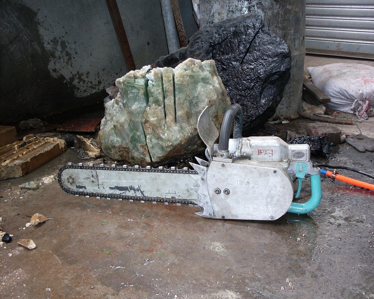 Portable electric diamond chain saw for cutting stone