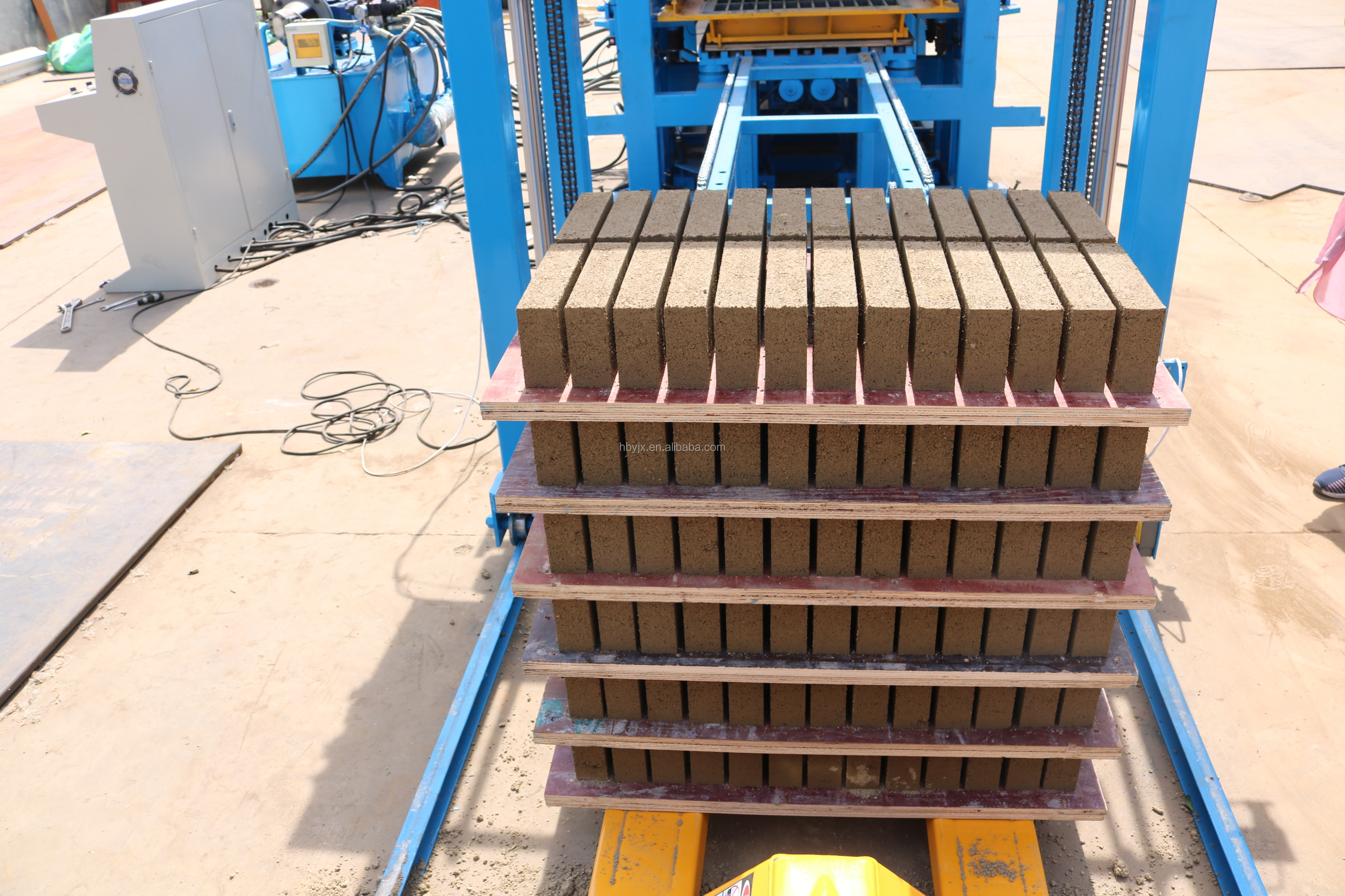 High quality low price QT4-15 automatic hydraulic fly ash interlocking cement brick making machine price in india