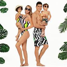 Одинаковые купальники для всей семьи; пляжная одежда в полоску с тропическим принтом для мамы и дочки; купальные костюмы для мужчин и мальчи...(Китай)