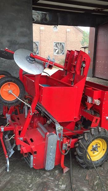 Tractor Achterzijde Gemonteerde Aardappel Planter Besparen Inspanning Plastic Film Planten Bemesten Geïntegreerde Machine Fabriek Directe Verkoop