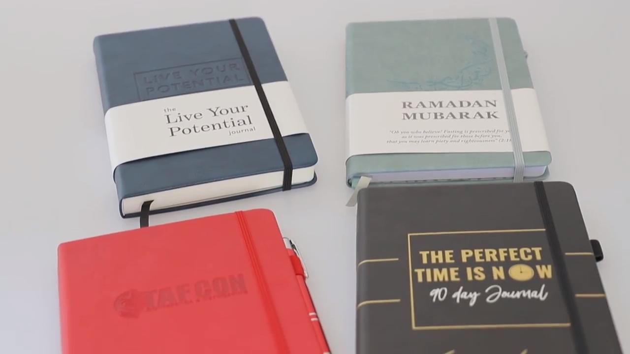 รายการของขวัญนูนหนังแบรนด์โลโก้ที่กำหนดเองการออกแบบสมุดรายวันการพิมพ์หนังสือ