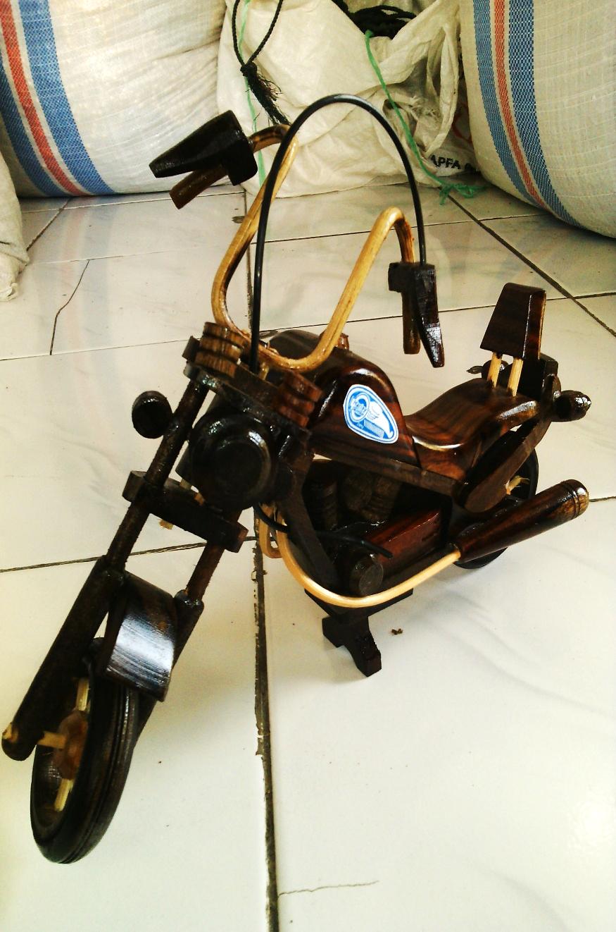 Artesan as de moto hecha de madera artesan a resina - Artesania de indonesia ...