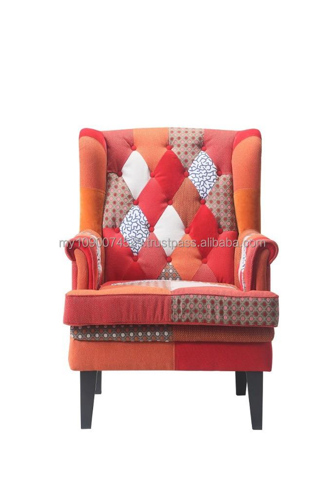 Divano patchwork nero con gambe in legno divani di for Divani con gambe
