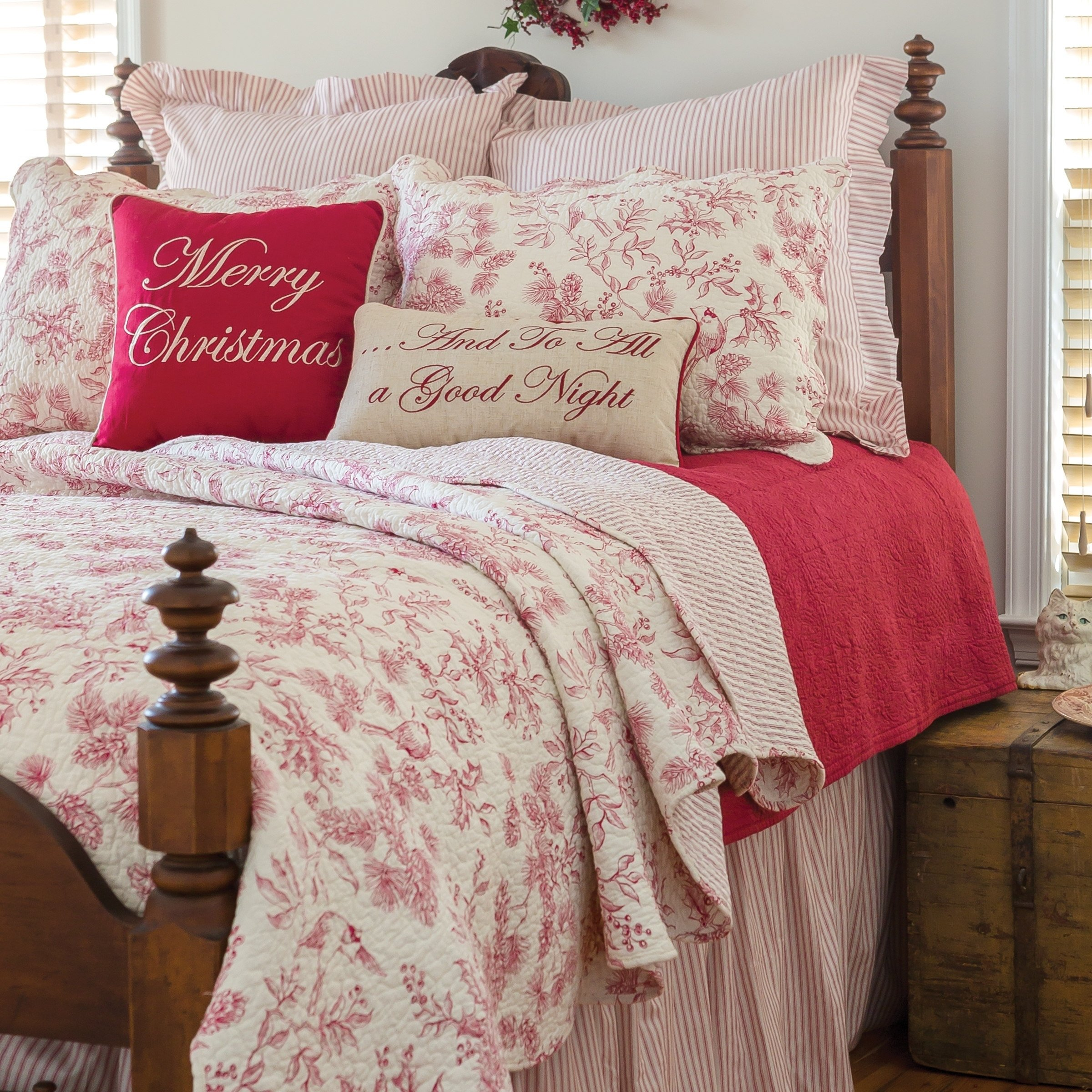 3 Piece White Red Christmas Full Queen Quilt Set, Shabby Chic Holiday Theme Bedding, Floral Pine Cones Cheerful Holly Berries Winter Flower Pattern Antique Evergreen Toile Scalloped Edge, Polyester