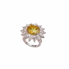 Fantasia Vivida Giallo <span class=keywords><strong>Anello</strong></span> <span class=keywords><strong>di</strong></span> <span class=keywords><strong>Diamanti</strong></span> in Oro Bianco con Marquise <span class=keywords><strong>Diamanti</strong></span> GIA 7.24ct