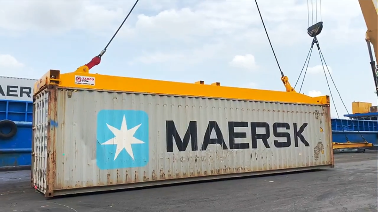 Container lifting spreader on seaport made in Vietnam